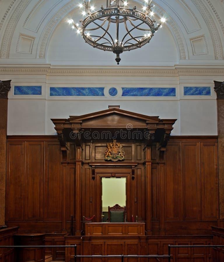 Strafgerichtshof mit Richterstuhl stockfotos