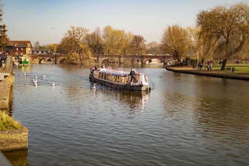 Straford sobre los barcos y la gente de avon del r?o con la navegaci?n de la traves?a imagenes de archivo