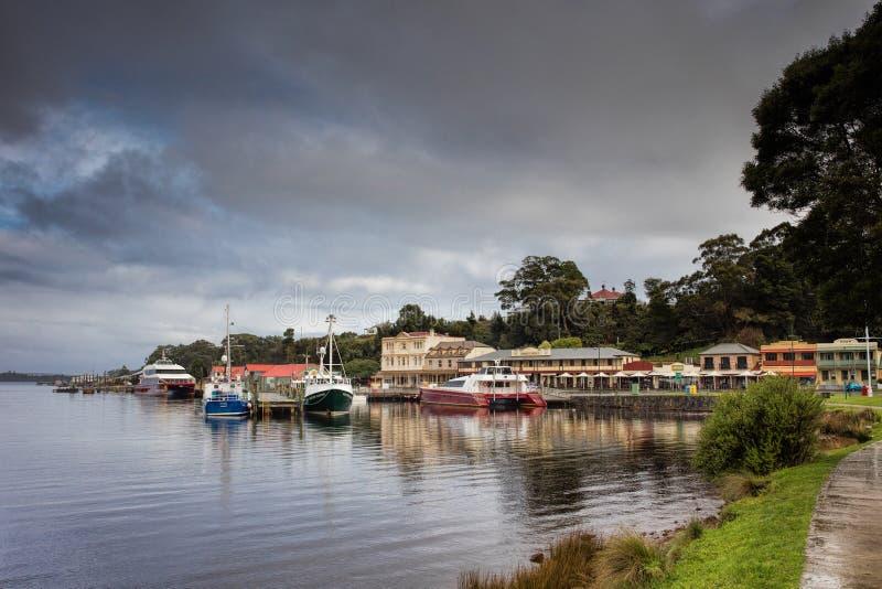 Strahan, een populaire die toeristenbestemming op het noorden wij wordt gevestigd t-kust van Tasmanige stock afbeeldingen