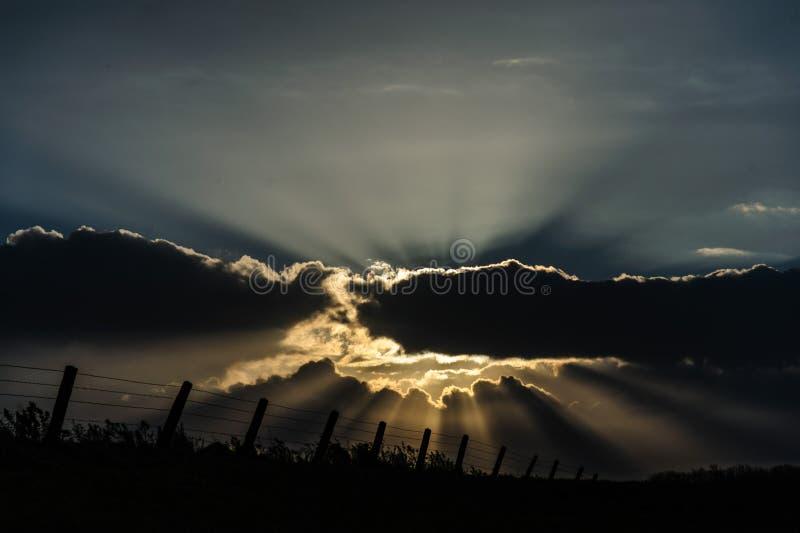 Strahlen des Lichtes brechend durch die Wolken lizenzfreies stockfoto