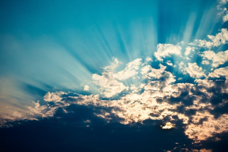 Strahlen des Sonnenlichts stockfotos