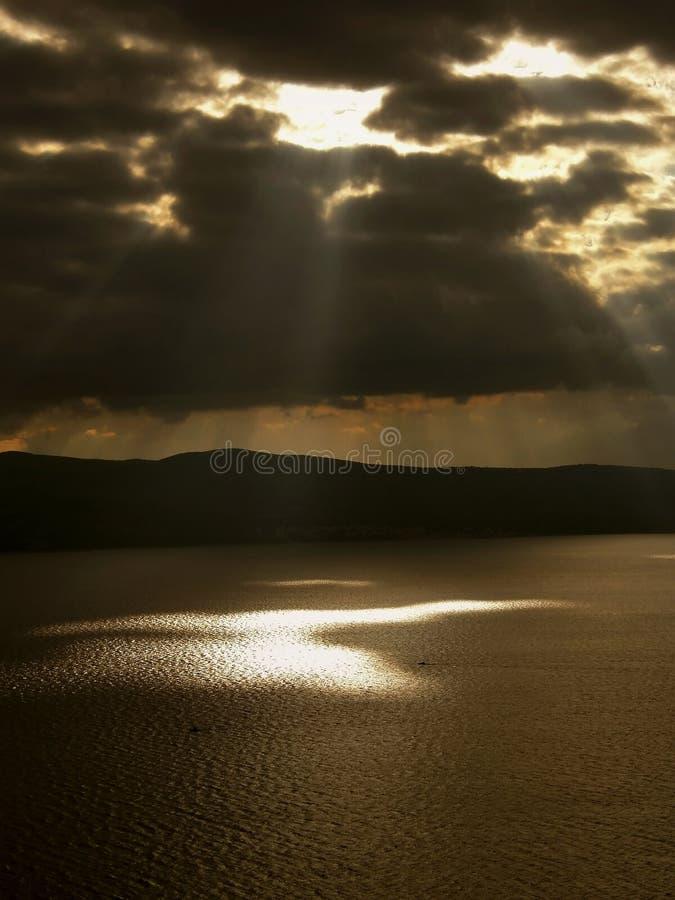 Strahlen und Boote des Gottes auf dem Meer stockfotografie