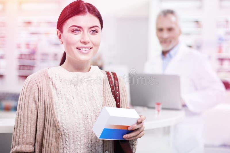 Strahlende Frau, die eine Heilung trägt und hinsichtlich ihrer Gesundheit überzeugt sich fühlt stockfotos