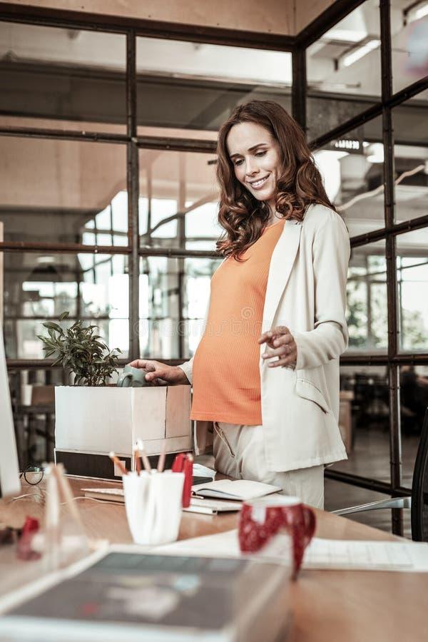 Strahlende schöne schwangere Frau, die breites Lächeln hat stockbilder