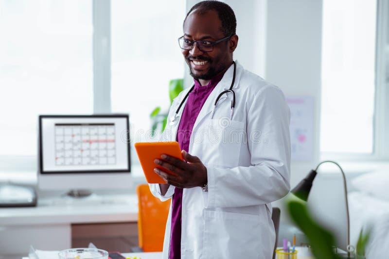 Strahlendes positives Doktorgefühl gut vor dem Beginnen der Arbeit stockbilder
