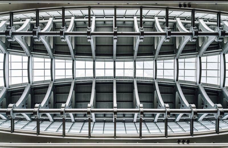 Strahlnsuperstrukturdecke mit Fensterglas innerhalb des Wolkenkratzers in Taipeh, Taiwan Modernes und kundenspezifisches Struktur stockfoto