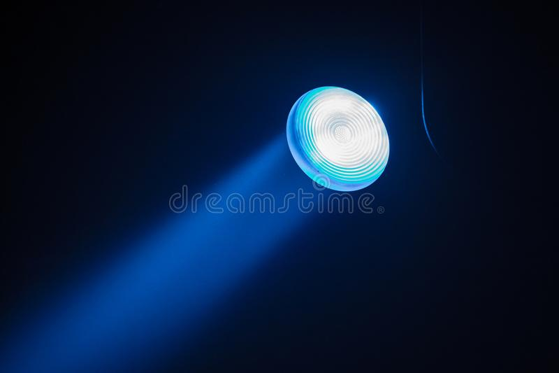 Strahlt Theaterscheinwerfer auf dem Stadium während der Leistung aus Hallenflutlicht der Beleuchtung equipment Der Lichtgestalter stockfoto