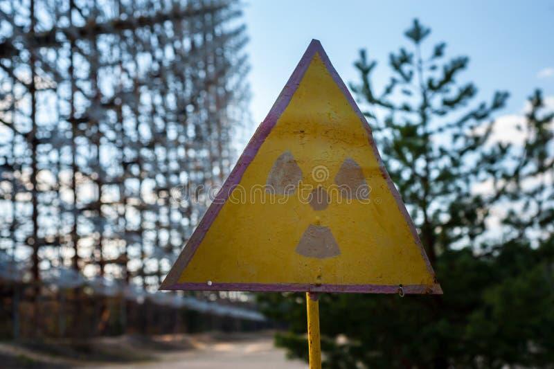 Strahlungszeichen nahe Telekommunikationsradiomitte in Tschornobyl lizenzfreie stockfotografie