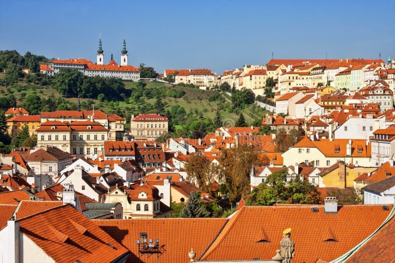 Strahov kloster och hus i Prague arkivbild