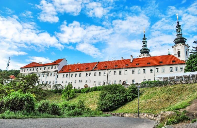 Strahov monaster w Praga przeciw niebieskiemu niebu obraz royalty free