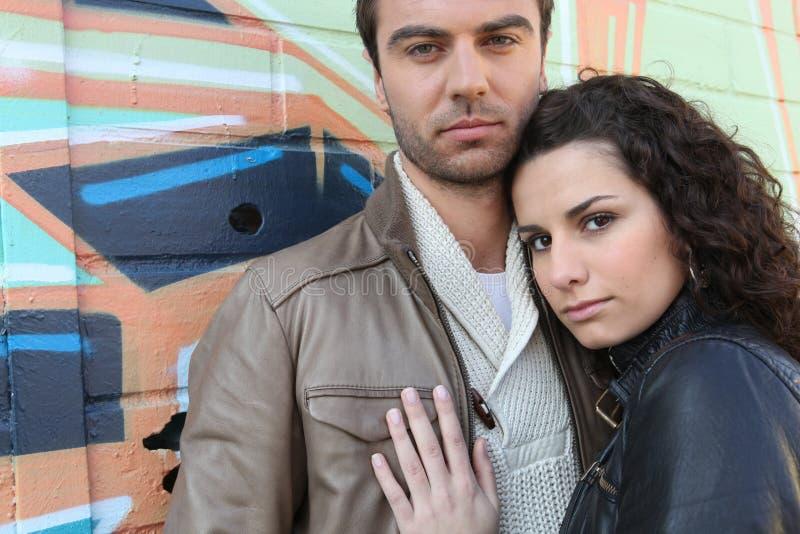 Straight-faced junge Paare lizenzfreies stockbild