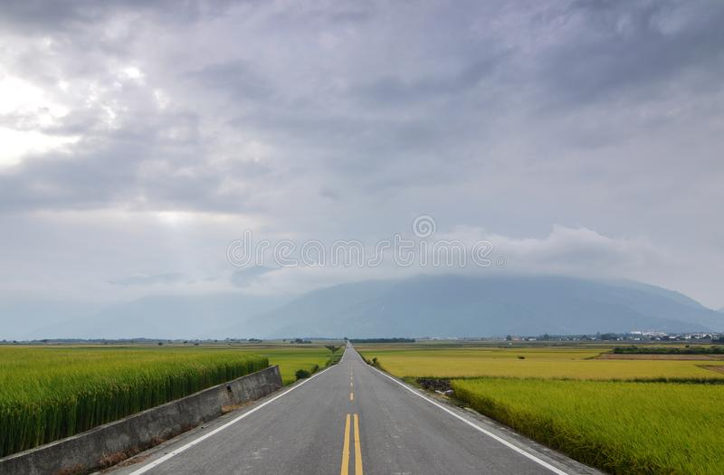 A straight road leading into the distance. royalty free stock photos