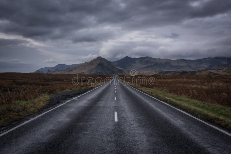 Straightaway longo para montanhas em Icealnd foto de stock