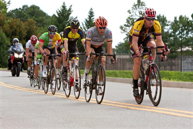 Straightaway Radfahrer Sprint unten im Duluth-Kriteriums-Ereignis lizenzfreies stockfoto