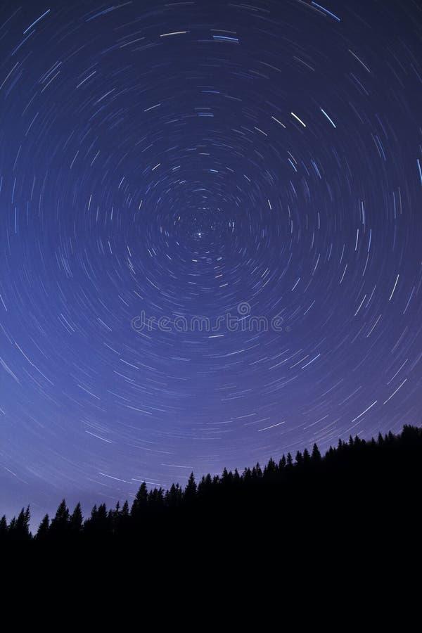 strails för stjärna för skogberg norr over fotografering för bildbyråer