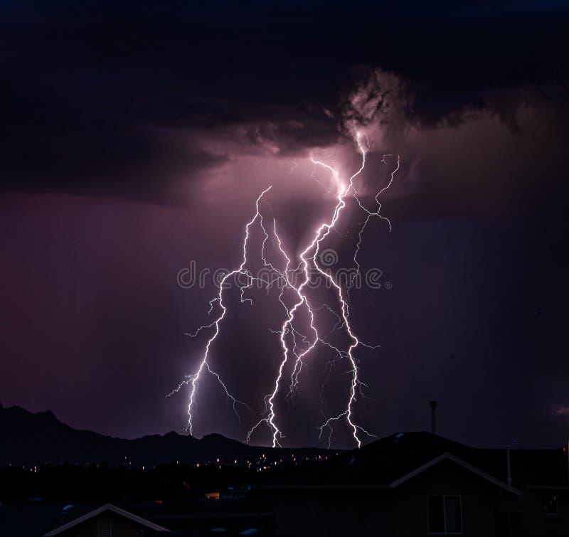 Strajki Å›wietlne wychodzÄ…ce z chmur nieba fotografia stock