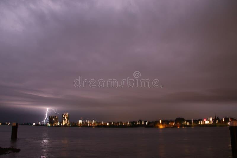 Strajki na Skyline w Rotterdamie w rzece Nieuwe Maas w Holandii zdjęcia stock