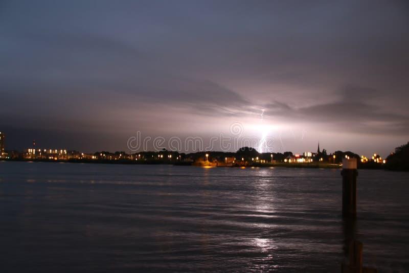 Strajki na Skyline w Rotterdamie w rzece Nieuwe Maas w Holandii obrazy stock