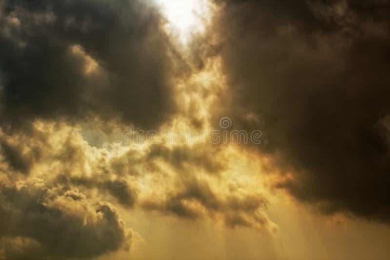 Stralen die van zonlicht door donkere onweerswolken glanzen royalty-vrije stock fotografie