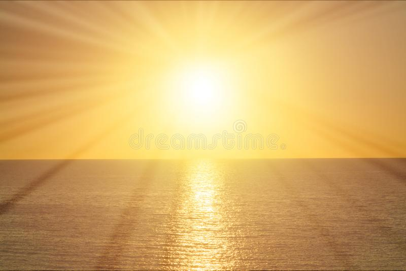 Stralen van de zon bij zonsopgang over het overzees royalty-vrije stock afbeelding