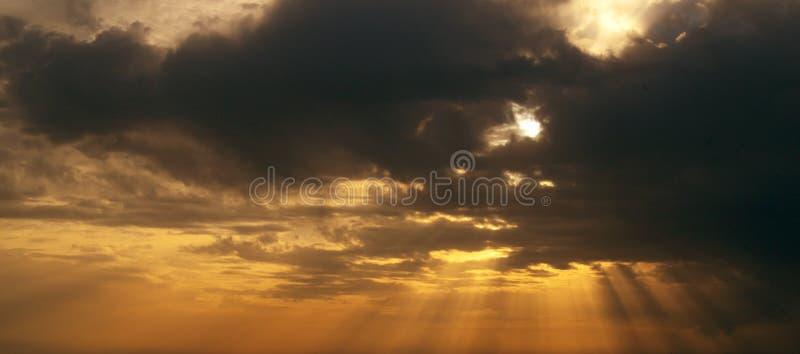 Stralen van zon bij zonsondergang stock foto's