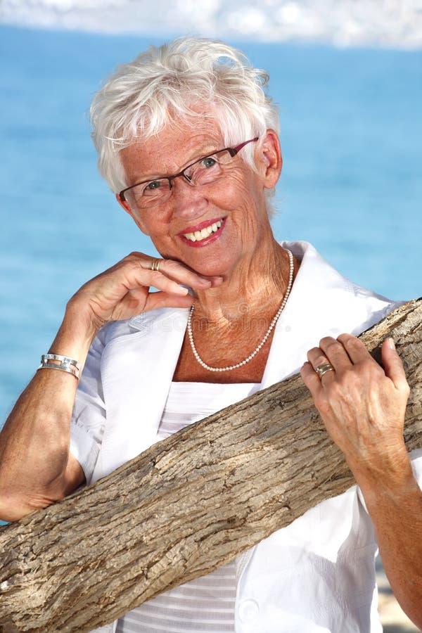 Stralende hogere dame in openlucht stock foto
