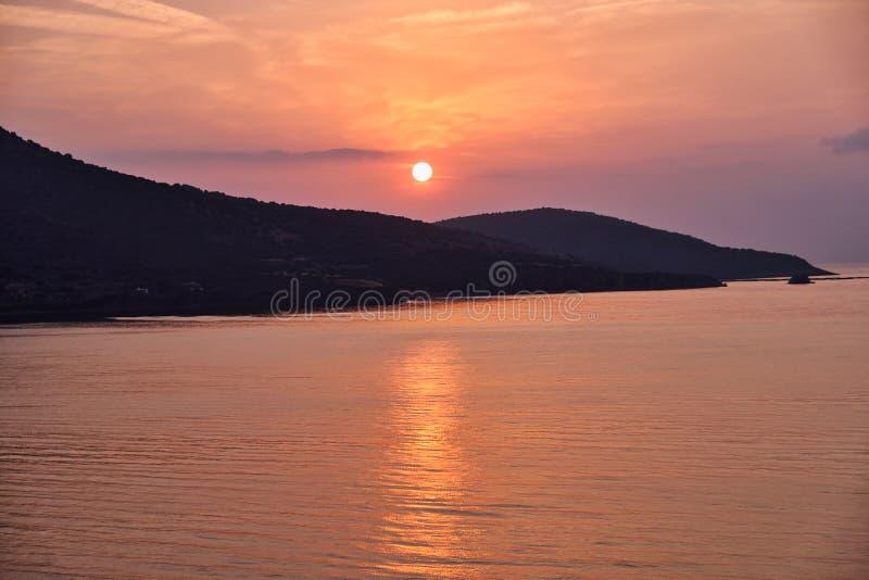 Stralende Oranje Zonsopgang, Bezinningen in Overzees, Griekenland royalty-vrije stock afbeeldingen