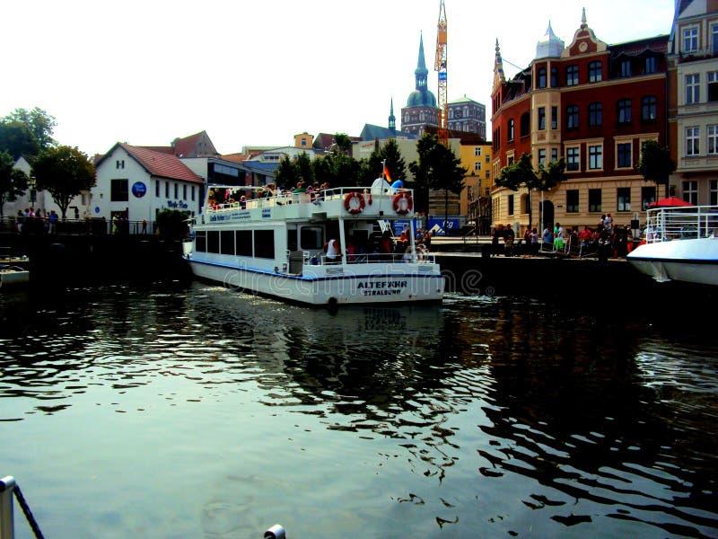 STRALSUND, DEUTSCHLAND, im August 2014 - Habour mit Fähre und Ansicht der alten Stadt von Stralsund stockbilder