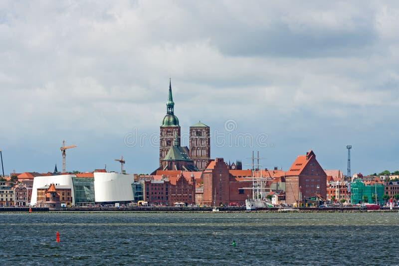 Stralsund, sankt-Nikolai-εκκλησία, Ozeaneum, λιμάνι στοκ φωτογραφία με δικαίωμα ελεύθερης χρήσης