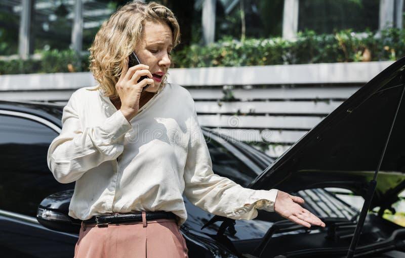 Stramad åt kvinna på appell om hennes bil arkivbild