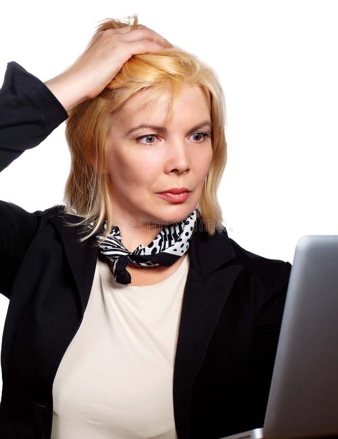Stramad åt mogen affärskvinna som rymmer hennes huvud arkivfoton