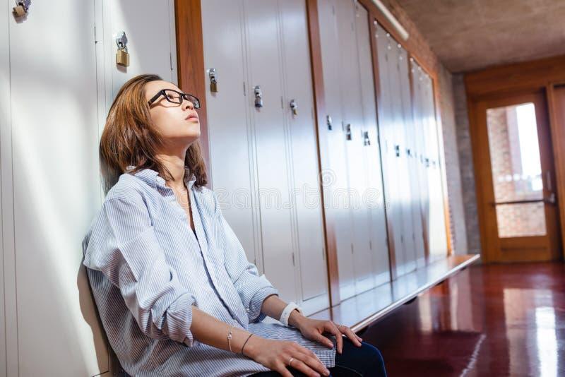Stramat åt kvinnasammanträde i omklädningsrum med låsbara skåp arkivbilder