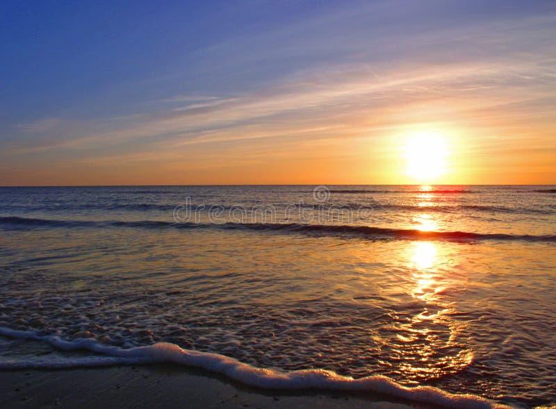 strand över seascalesolnedgång royaltyfria foton