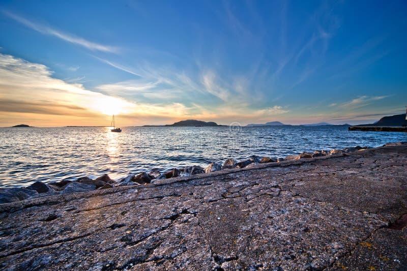 strand över solnedgång royaltyfri bild