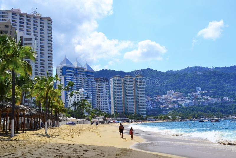 Strand in Acapulco met toeristen stock foto