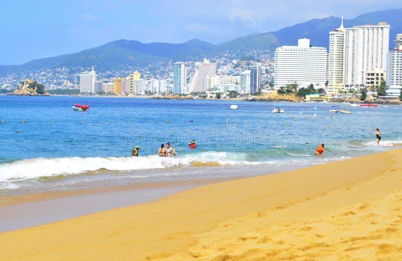 Strand in Acapulco mit Touristen und Hotels lizenzfreie stockfotos