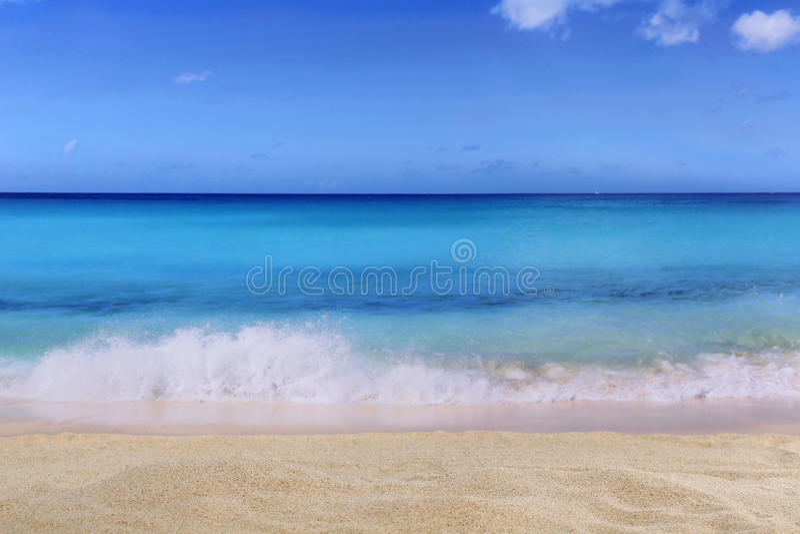 Strand achtergrondscène in de zomer op vakantie met golven stock foto's