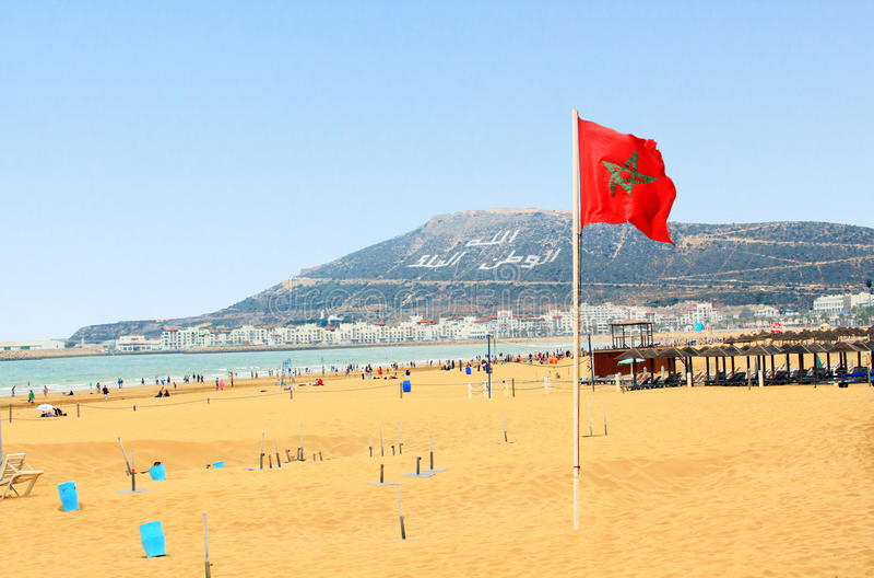 Strand in Agadir met vlag van Marokko royalty-vrije stock afbeelding