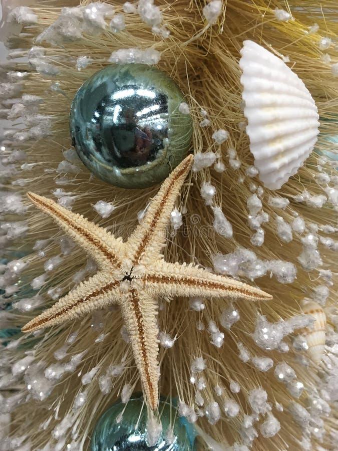 Strand als thema gehade Kerstmis verfraaide boomclose-up royalty-vrije stock foto's