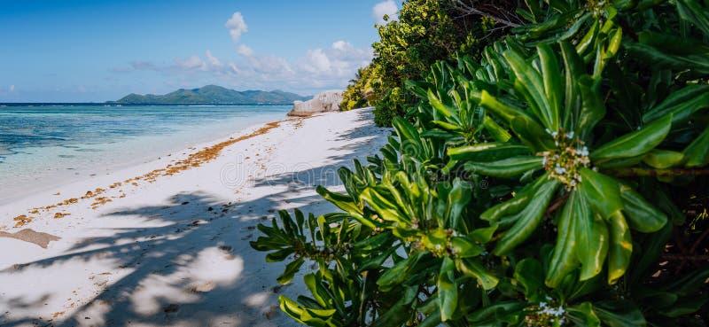 Strand Anse het Bron van D 'Argent Paradise in de ochtend met mening aan Praslin-Eiland over horizon, La Digue in Seychellen stock foto's