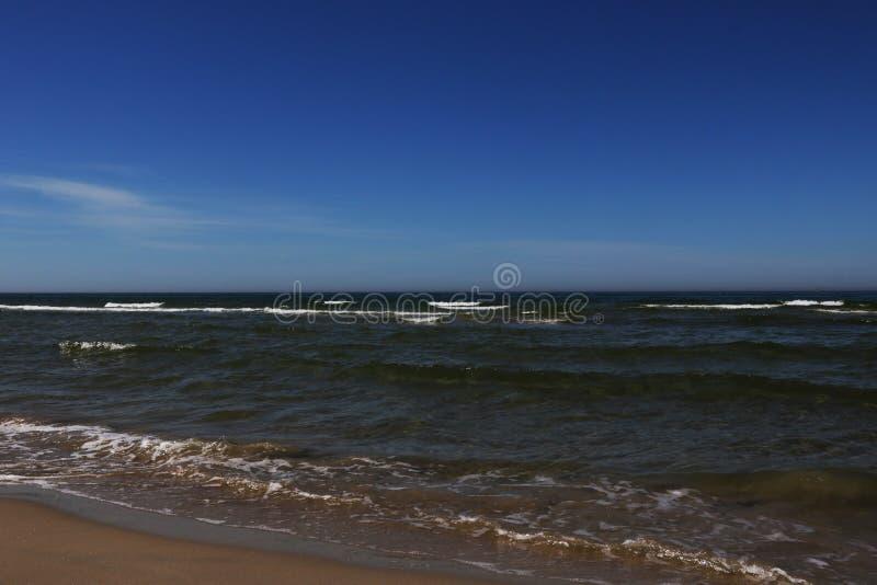 Strand auf dem Ostseeufer an einem sonnigen Tag in Palanga lizenzfreies stockbild