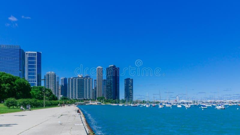 Strand av Chicago, USA, med Lake Michigan och skyskrapor av i stadens centrum Chicago fotografering för bildbyråer