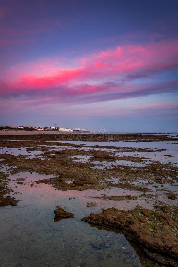 Strand av Corralesen, fiskpennor, av rotaen, Cadiz, Spanien royaltyfri bild