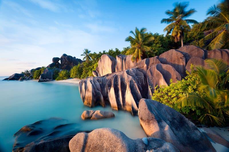 Strand av den Anse källan som är d'Argent på den LaDigue ön i Seychellerna fotografering för bildbyråer