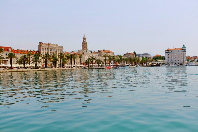 Strand av den kluvna gamla staden med den Diocletian slotten och arkivbild