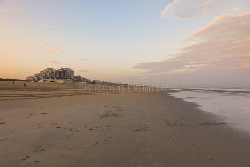 Strand av Noordwijk aan Zee på solnedgången royaltyfria bilder