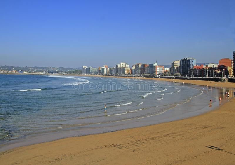 Strand av San Lorenzo på den Gijon stadsbanken royaltyfria bilder