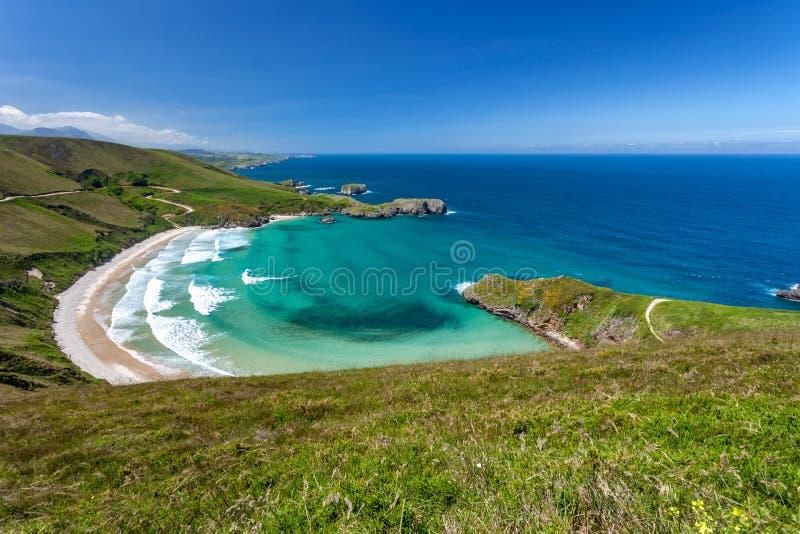 Strand av Torimbia nära till den Llanes byn royaltyfri bild