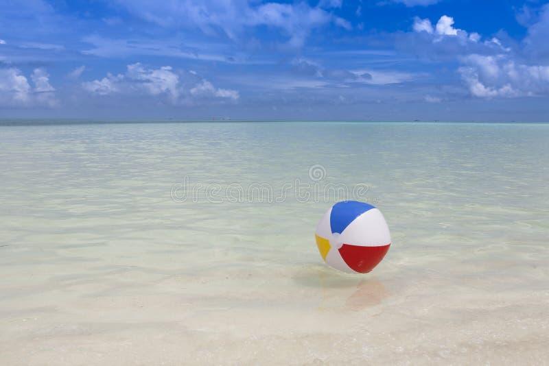 strand bal in het overzees stock foto