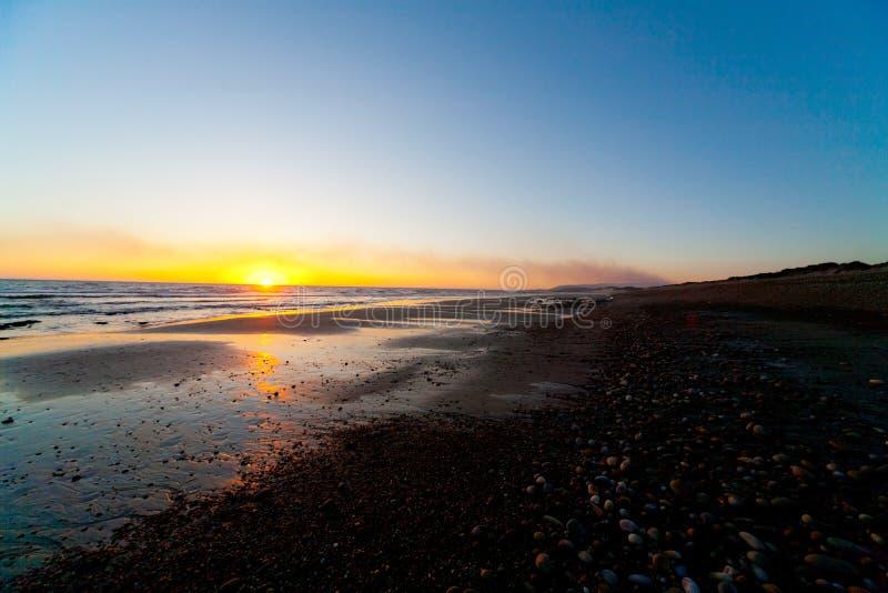 Strand bei schönem Sonnenuntergang lizenzfreies stockbild